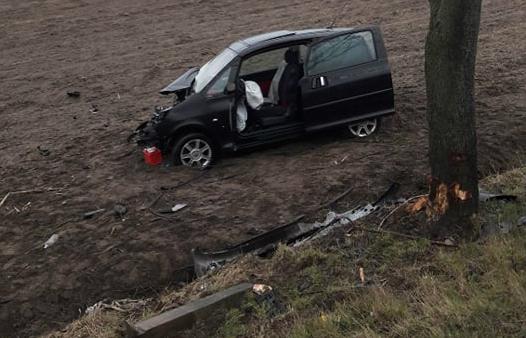 Miejsce zdarzenia drogowego w powiecie iławskim Miejsce zdarzenia drogowego w powiecie iławskim. Rozbity samochód stojący na polu, po tym jak wypadł z drogi.