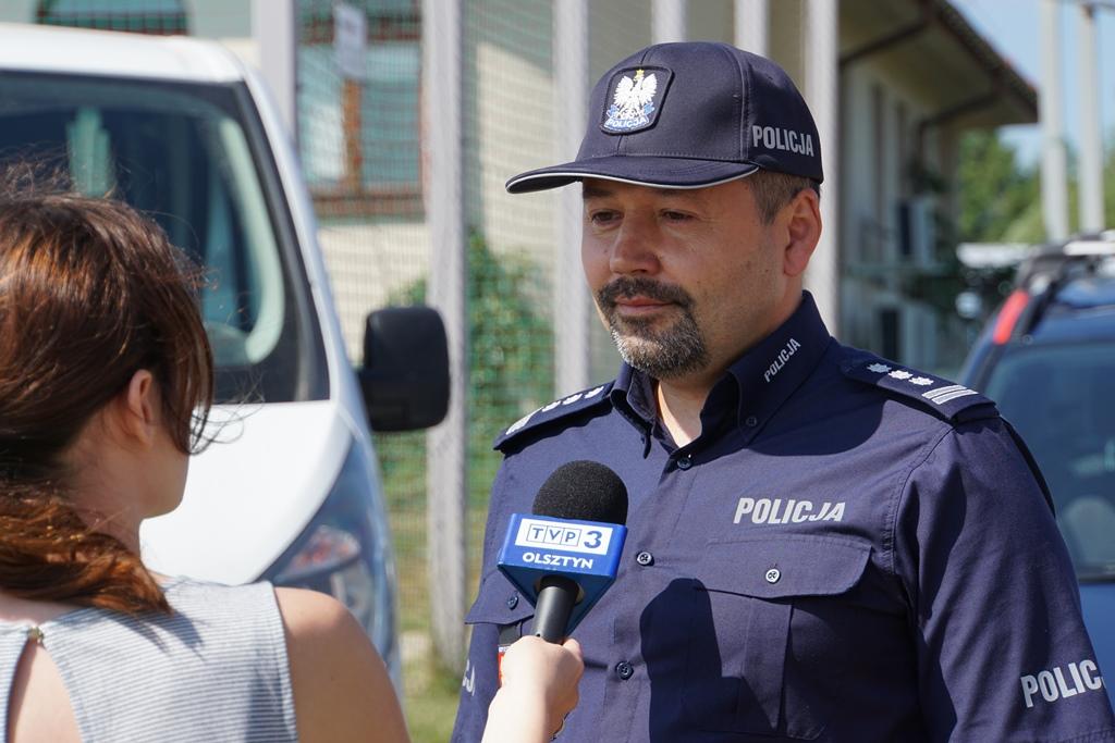 insp. Tomasz Klimek udziela wywiadu dziennikarce TVP3