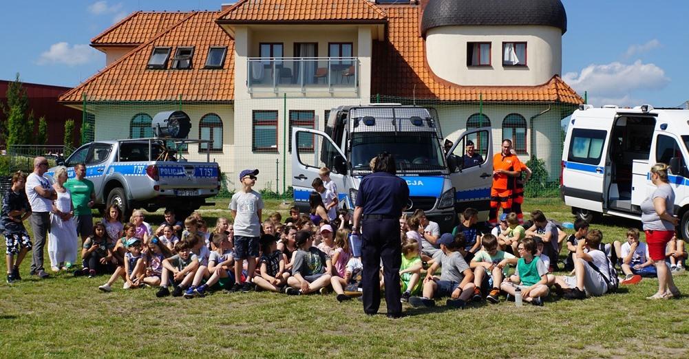 Policjantka opowiada uczniom o bezpiecznych zachowaniach na wodzie