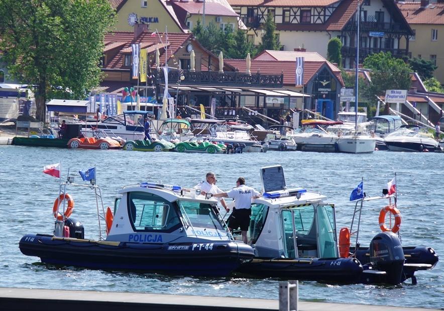 Dwie policyjne łodzie na Jeziorze Mikołajskim
