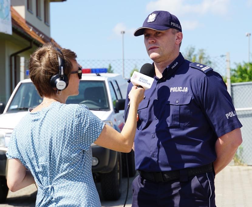 Mł. insp. Arkadiusz Sylwestrzak udziela wywiadu dziennikarce Radia Olsztyn