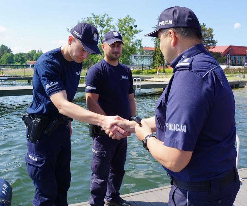 Komendant Wojewódzki Policji w Olsztynie wręcza policyjnym wodniakom kluczyki do nowej łodzi