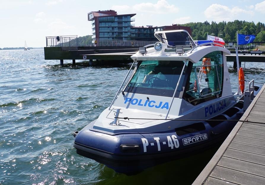 Zacumowana przy pomoście nowa policyjna łódź