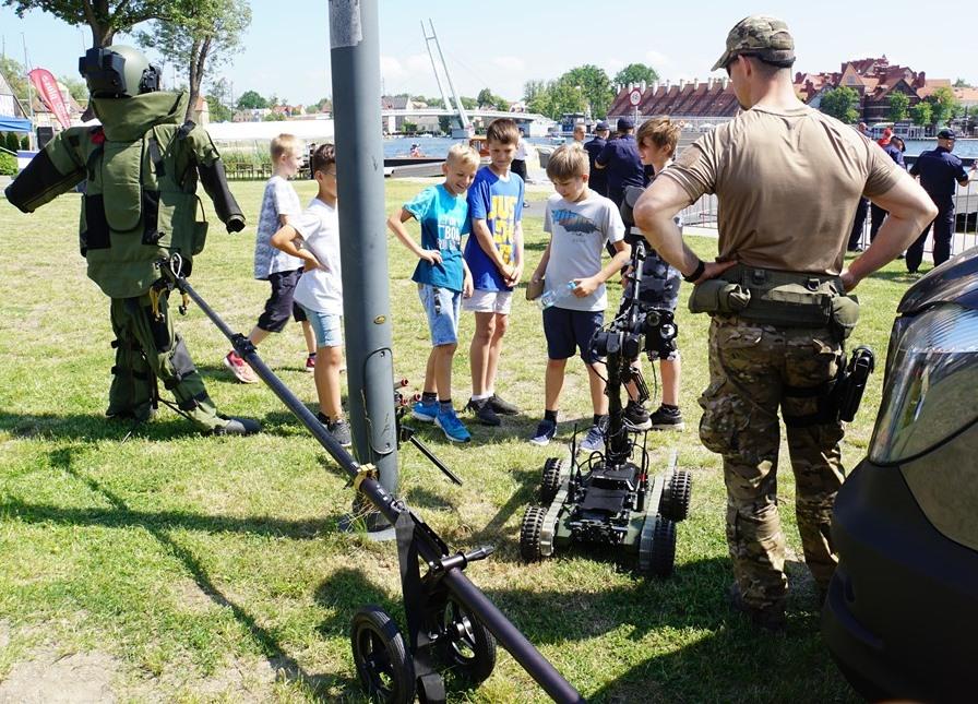 Uczniowie na stanowisku ze specjalistycznym sprzętem policyjnych atyterrorystów