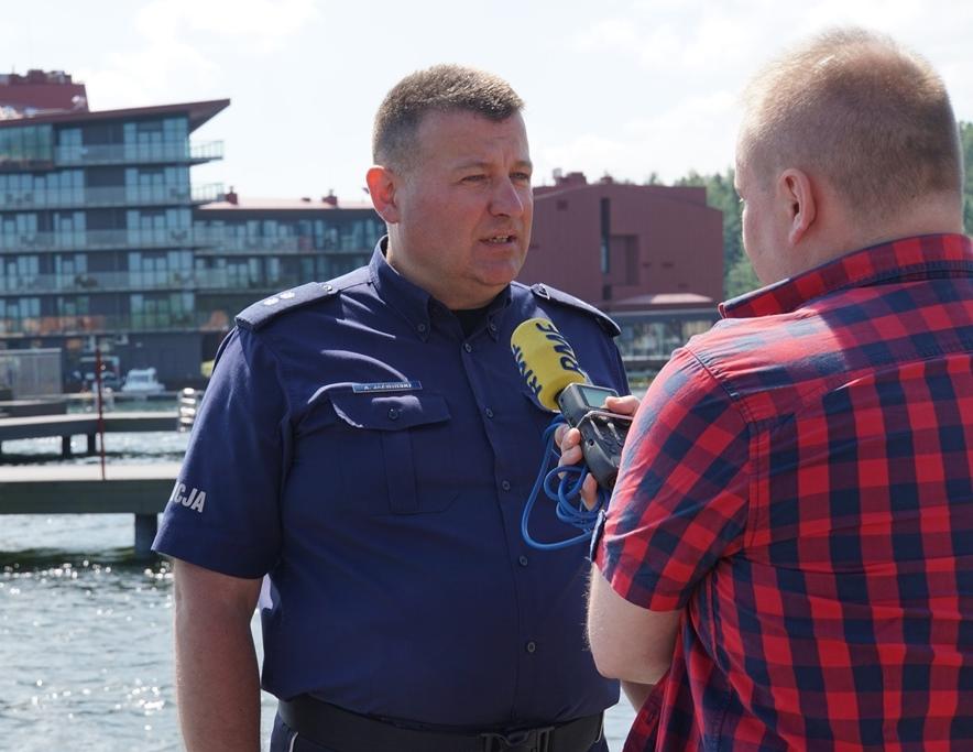 Podkom. Andrzej Jaźwiński udziela wywiadu dziennikarzowi RMF FM