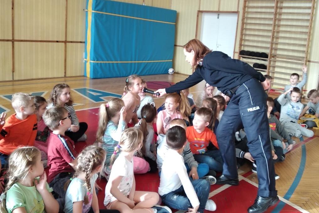 Policjantka na spotkaniu z dziećmi Policjantka na spotkaniu z dziećmi