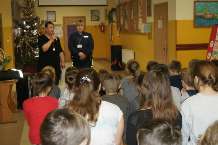 Policjantka na spotkaniu z młodzieżą w Gwiździnach Policjantka na spotkaniu z młodzieżą w Gwiździnach