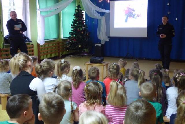 Policjantka na spotkaniu z przedszkolakami Policjantka na spotkaniu z przedszkolakami
