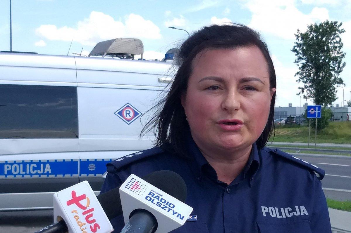 kom. Ewa Szczepanek przed radiowozem i mikrofonami mediów