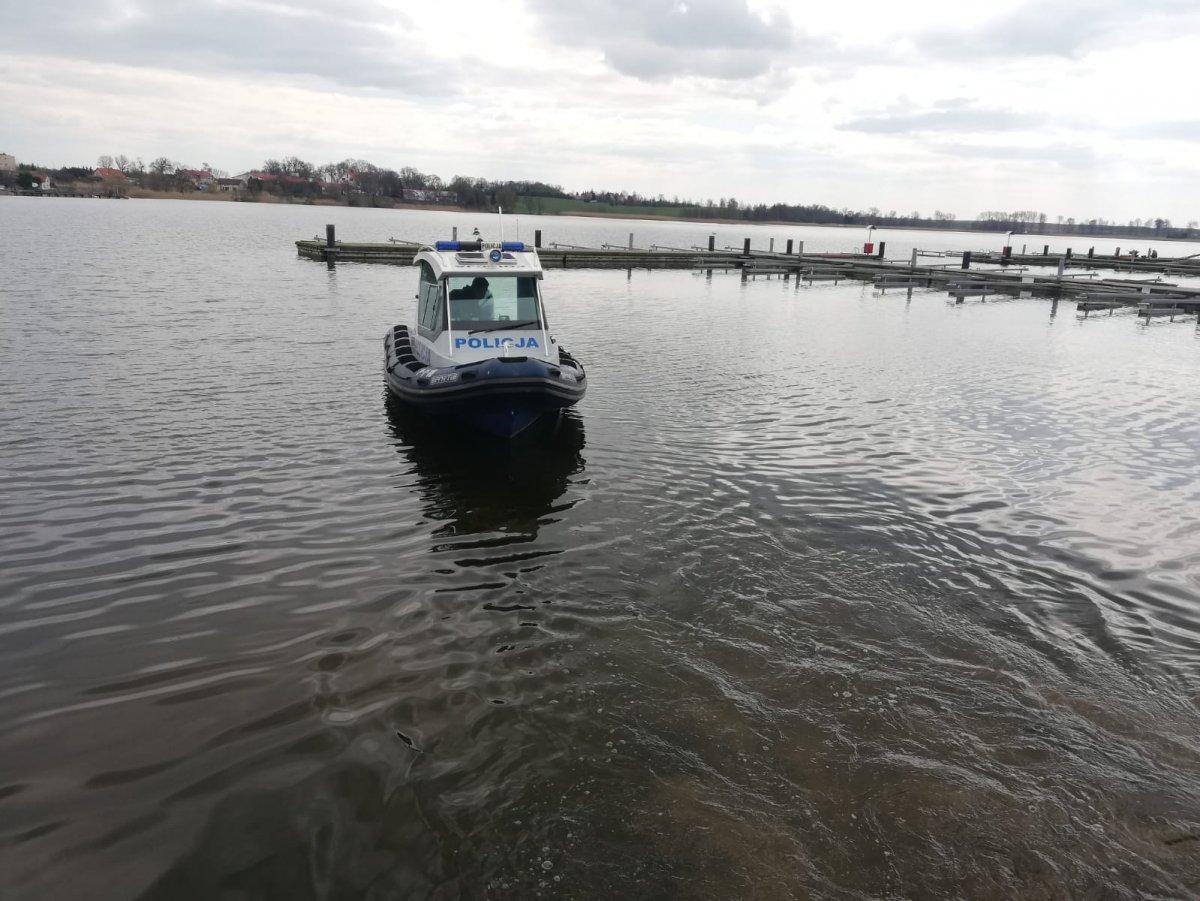 wodowanie łodzi sportis na jeziorze