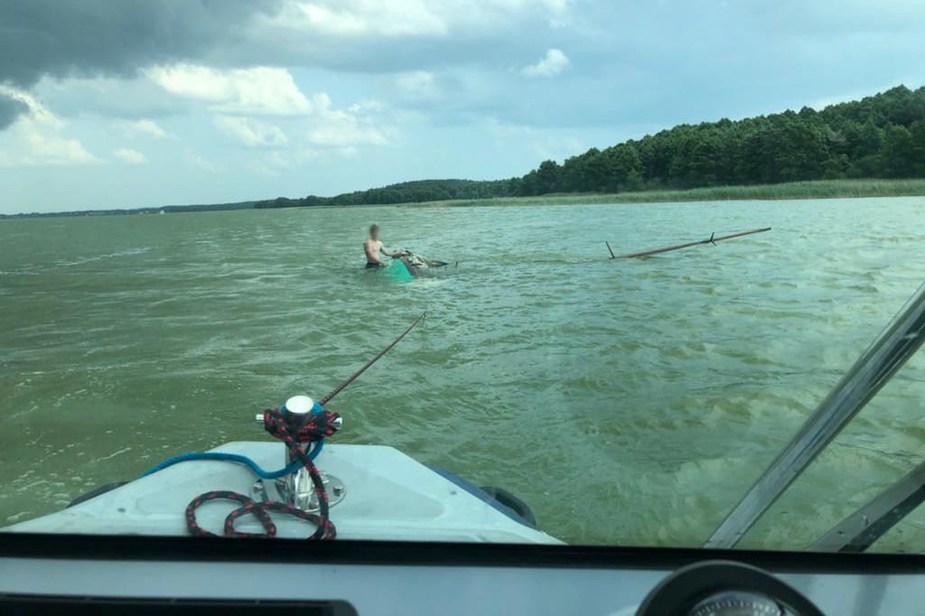 Uratowany z kłopotów żeglarz w wodzie